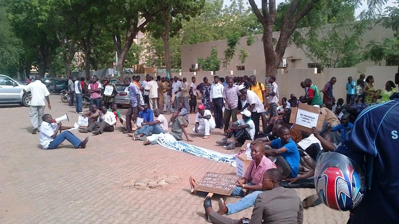 Le Syndicat des travailleurs de l'information en sit-in ce 22 mai devant le siège de la chaîne de télé publique du Burkina (Ph : Zatibagnan)